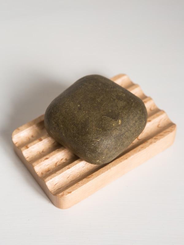 Saboneteira em madeira e champô sólido