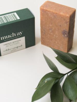Sabonete artesanal com Manteiga de Cacau, Óleo de Côco, Óleo de Rícino e Azeite com propriedades anti-inflamatórias e anti-bacterianas que limpa em profundidade deixando a pele macia, hidratada e nutrida.